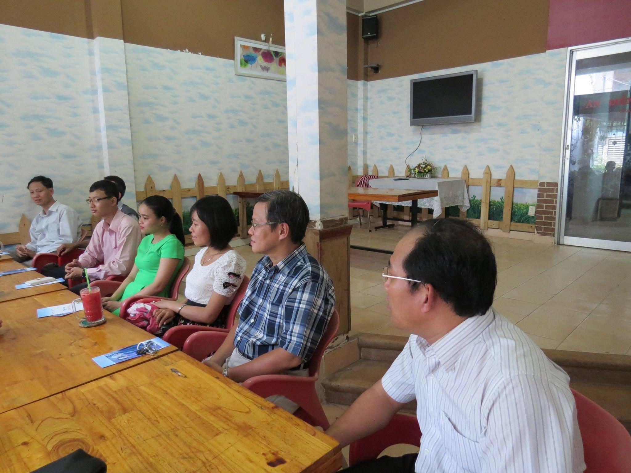 Các tác giả VCNT lắng nghe ms Huệ