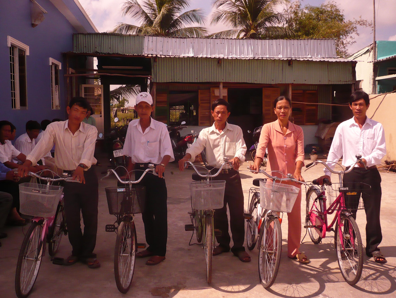 Các nhân sự truyền giáo nhận xe đạp