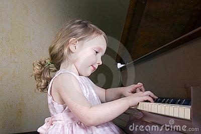 girl-playing-piano-687778